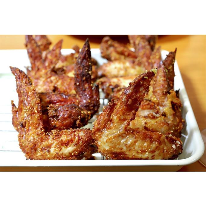 鶏手羽唐揚げ。塩麹とにんにくを手羽にもみ込み、粉をまぶしてカラッと揚げるだけ。