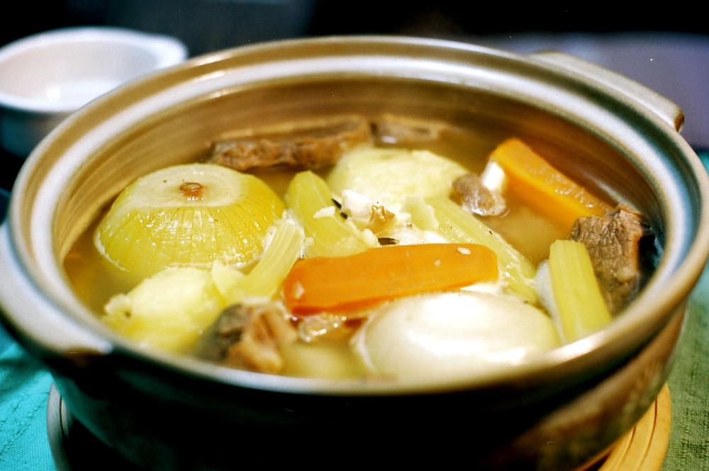 肉が柔らかくなったら野菜類を鍋に詰め、ひと煮立ちさせる。
