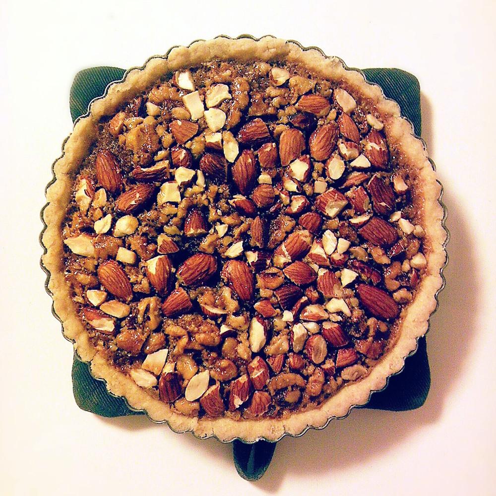 パイ型にナッツをたっぷり敷きつめる。