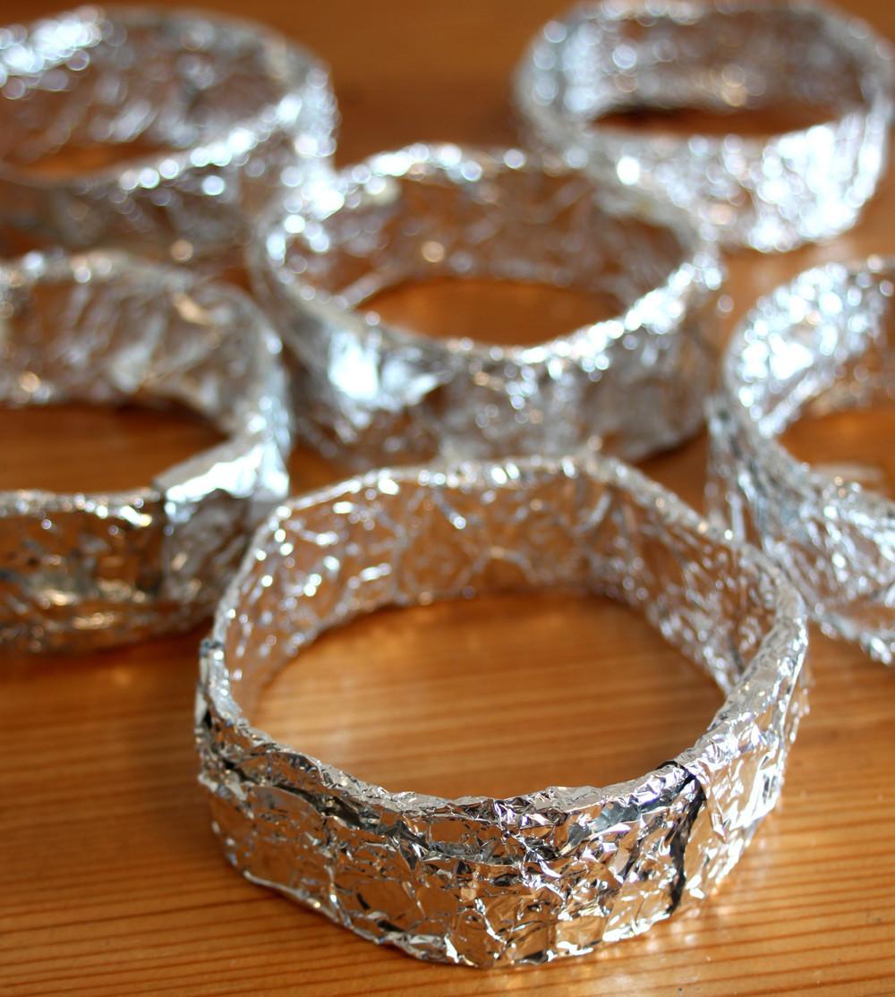 簡単な焼き型を作ります。 厚紙とホチキスで高さ3~4cm、直径9cm位の丸型を作り、アルミホイルで包む。 おしまい♪
