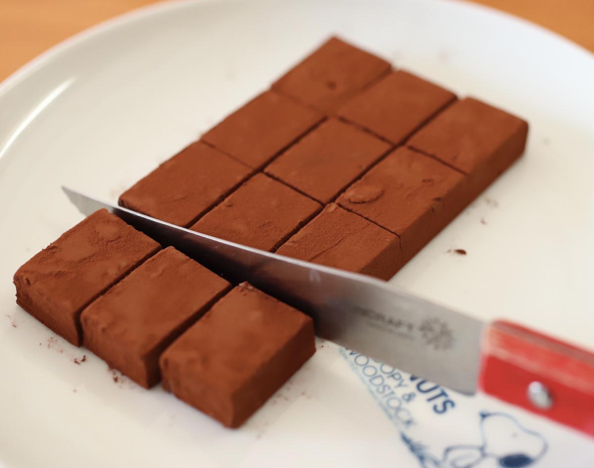 冷蔵庫に入れ、チョコが完全に固まったらココアパウダーをたっぷりまぶし、包丁で切り分ける。