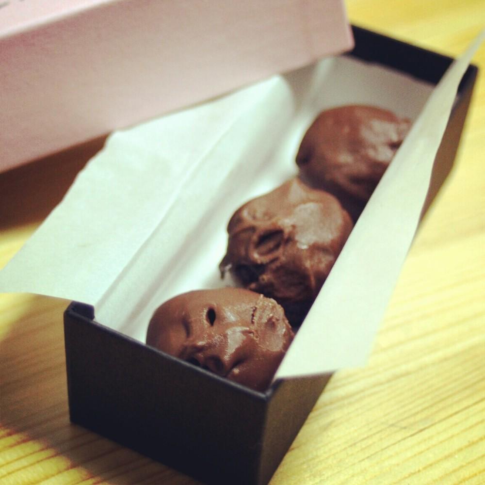 一口大に手で丸めてココアをまぶせばトリュフに。 小さなお菓子の空箱に入れて、ラッピングするとかわいいですよ。